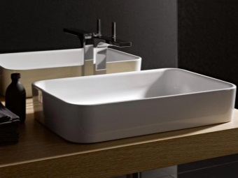 Накладной керамический умывальник шириной 70см для ванной комнаты