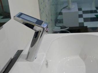 Смеситель сенсорный для умывальника в ванной