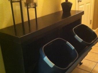 Тумба из черного ДСП для ванной с двумя корзинами для белья
