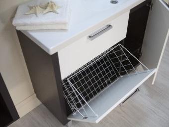 Тумба в ванной с широкой корзиной под грязное белье