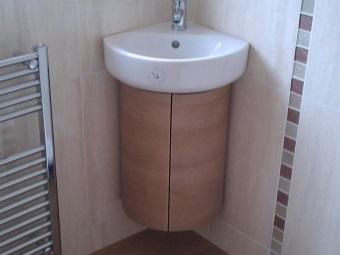 Подвесная тумба под умывальник в ванной комнате