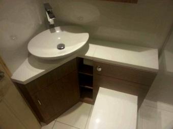 Угловая напольная тумба под дерево умывальником для маленькой ванной комнаты с туалетом