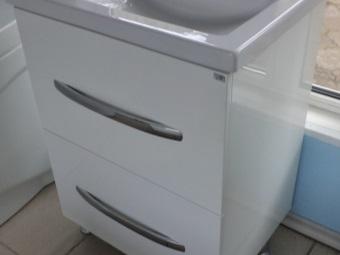 Белая напольная тумба на металлических ножках со встроенной раковиной