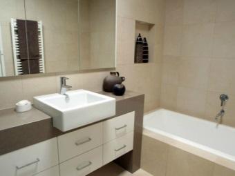 Большая напольная тумба со встроенной раковиной в ванную комнату