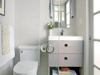 Компактная тумба с раковиной для маленькой ванной комнаты