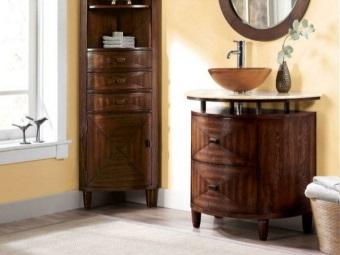 Тумба на ножках из натуральной древесины с двумя ящиками и с деревянным умывальником для ванной комнаты
