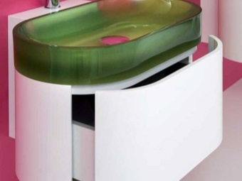 Пластиковая белая полукруглая навесная тумба с умывальником из зеленого матового стекла в ванной