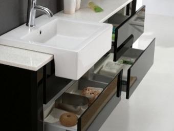 Навесная тумба черного цвета с белой столешницей и умывальником для ванной комнаты