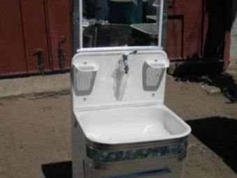Умывальник-мойдодыр для дачи или сада с мыльницвми и зеркалом