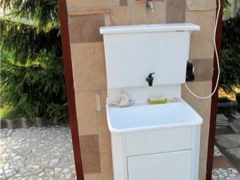 Белый умывальник-мойдодыр на дачу с подогревом воды