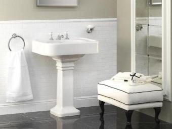 """Белый умывальник """"тюльпан"""" на контрастном черном полу ванной комнаты"""
