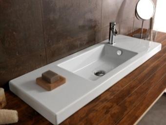 Белый прямоугольный умывальник в ванной комнате