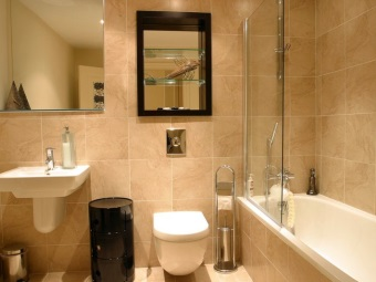 Интерьер ванной комнаты, совмещенной с туалетом - ванна со стеклянной перегородкой, навесные раковина и унитаз