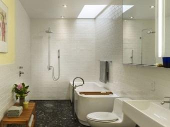 Интерьер ванной комнаты, совмещенной с туалетом - Душевая стойка, ванна, навесная раковина, навесной шкафчик с зеркалом, нипольная маленькая тумба