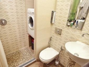 Встроенная в нишу стиральная машина в очень маленьком интерьере ванной комнаты, совмещенной с туалетом