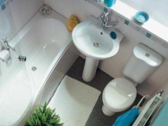 Правильное расположение сантехники в интерьере маленькой ванной комнаты, совмещенной с туалетом