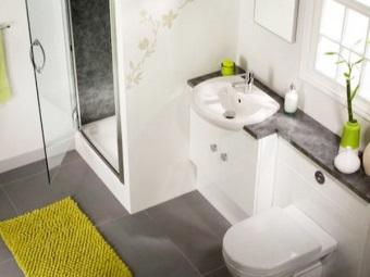 Сантехника расположенная на одной стене в небольшой ванной комнате, совмещенной с туалетом