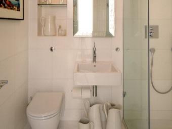 Белый интерьер ванной комнаты, совмещенной с туалетом при помощи керамической плитки
