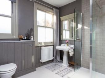 Оттделка интерьер ванной комнаты, совмещенной с туалетом керамической литкой, ДСП и штукатуркой в сером цвете