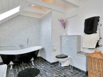 Белый - серый - черный интерьер ванной комнаты, совмещенной с туалетом