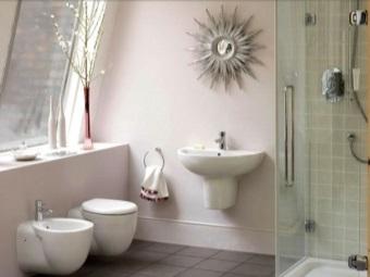 Аксессуары в интерьере ванной комнаты, совмещенной с туалетом
