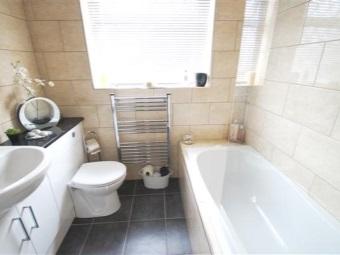 Маленький водный полотенцедержатель в интерьер небольшой ванной комнаты, совмещенной с туалетом