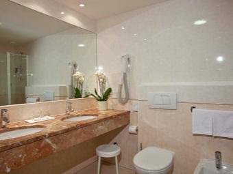Большое зеркало в интерьер ванной комнаты, совмещенной с туалетом