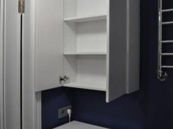 Белый навесной шкаф с тремя полками над стиральной машиной в ванной