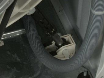 Если болтается барабан стиральной машины следует проверить амортизаторы