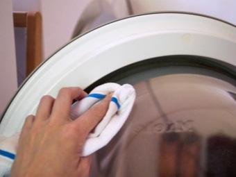 Сушка и удаление влаги после каждой стирки - профилактика плесени в стиральной машине