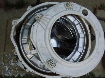 Бак от стиральной машины - вытаскиваем барабан для замены подшипника на баке