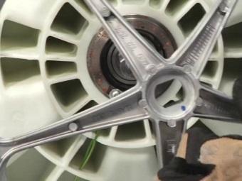 Разборка элементов стиральной машины для снятия подшипника с барабана