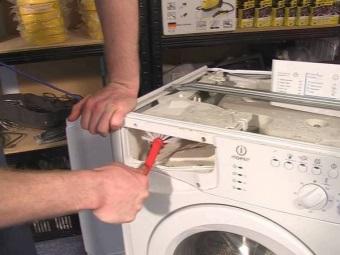 Чистка отверстий для подачи воды в контейнер стиральной машины если порошок или кондиционер не уходят из него