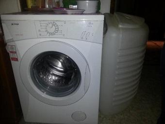 Полногабаритная стиральная машинка с баком для воды