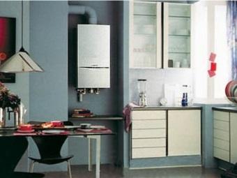 современная газовая колонка на кухне