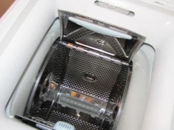 Бак в узкой стиральной машине с вертикальной загрузкой