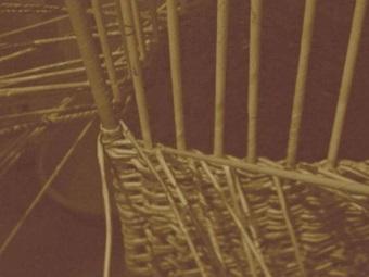 Плетение угловой корзины для белья из газетных трубочек