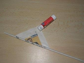 Изготовление газетных трубочек для корзины под белье