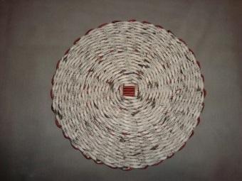 Круглое дно корзины для белья из газетных трубочек