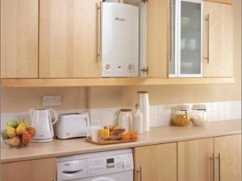 Газовая колонка в шкафу на кухне