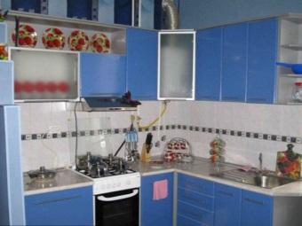 Кухня с встроенной газовой колонкой