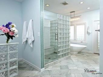белая ванная с перегородкорй из стеклоблоков