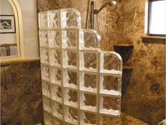 перегородка из стеклоблоков в малогабаритной ванной