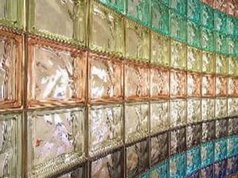 стена из стеклоблоков разных цветов