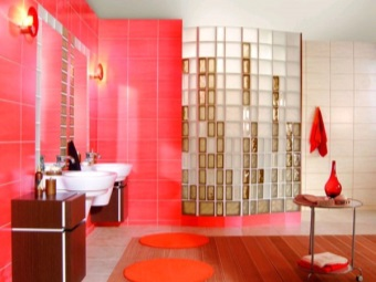 сочетание матовых и прозрачных стеклоблоков для отделки ванной