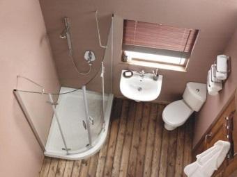 ванная комната с унитазом с угловым бачком