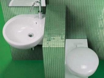 угловой унитаз и угловая раковина в маленькой ванной