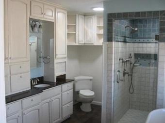 угловой унитаз в интерьере ванной комнаты
