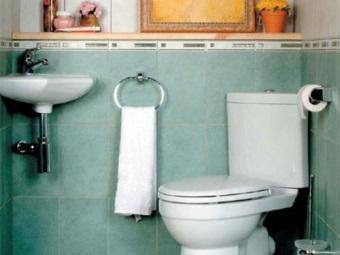унитаз с угловым бачком в ванной