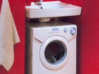 узкая стиральная машина в малогабаритной ванной